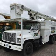Altec Over-Center Bucket Truck mounted behind cab on 2001 GMC C7500 Chipper Dump Truck (118403)