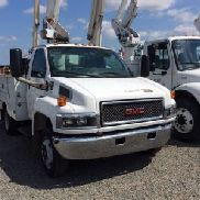 Altec Articulating & Telescopic Bucket Truck mounted behind cab on 2005 GMC C5500 Service Truck (121841)
