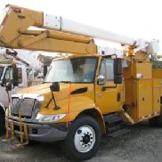 Terex / Telelect Material Handling Bucket Truck Center montiert auf 2005 International 4400 Utility Truck (122894)