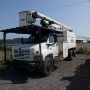 Altec Over-Center Bucket Truck montiert hinter Cab auf 2005 GMC C7500 Chipper Dump Truck (123583)