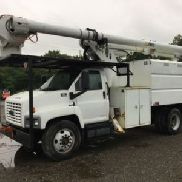 Altec Over-Center Bucket montiert hinter Kabine auf 2007 Chevrolet C6500 Chipper Dump Truck (124156)