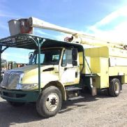Aerial Lift von CT Over-Center Bucket Truck montiert hinter Taxi auf 2009 International 4300 Chipper Dump Truck (125556)
