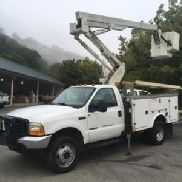 Versalift Articulating & Telescopic Bucket Truck mounted behind cab on 2000 Ford F550 4x4 Service Truck (125795)