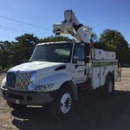 Altec center mounted on 2006 International 4300 Hybrid Utility Truck (127107)
