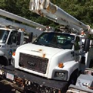 Altec Over-Center Material Handling Bucket Truck Center montiert auf 2005 Chevrolet C7500 Utility Truck (127210)