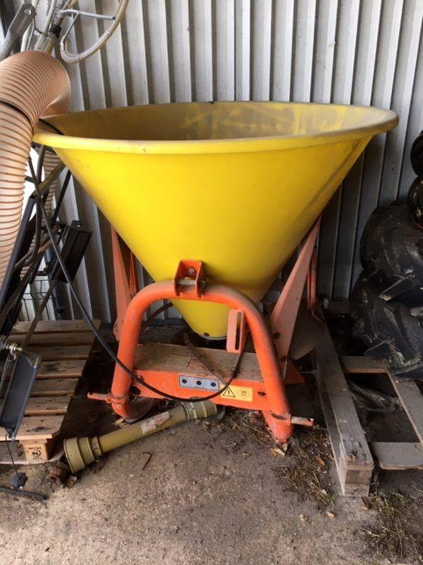 Streuer (Dünger, Salz) zum Ankuppeln an eine 3-Punkt-Zapfwelle an einem Traktor