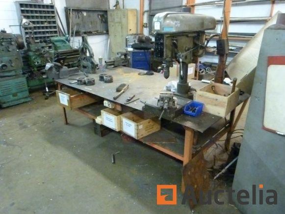 Säulenbohrmaschine auf Werkbank Peugeot PES 20, Schraubstöcke, Metallarbeitstisch drücken