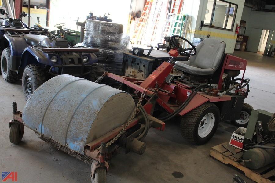 Toro Groundsmaster 322-D mit Kehrmaschine