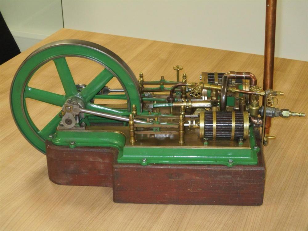 Horizontale Zwillingszylinder-Dampfmaschine auf einer Messingbasis, montiert auf einem gemauerten Ho