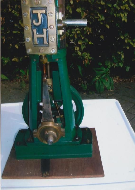 Vertikales Dampfmaschinenmodell, modelliert auf einem Hochgeschwindigkeits-Generator, der auf einem