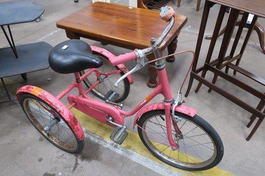 Ein neu gestrichener Vintage Tri-Cycle mit einer Front