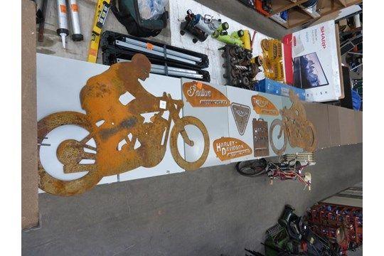 Eine Auswahl von motorradbezogenen Metallschildern