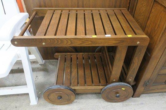 Ein Lattenrost aus Eichenholz mit vier Rädern oder ein Speisewagen (