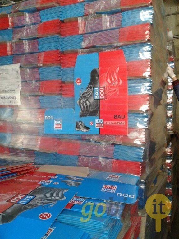 Viele Schuhkartons