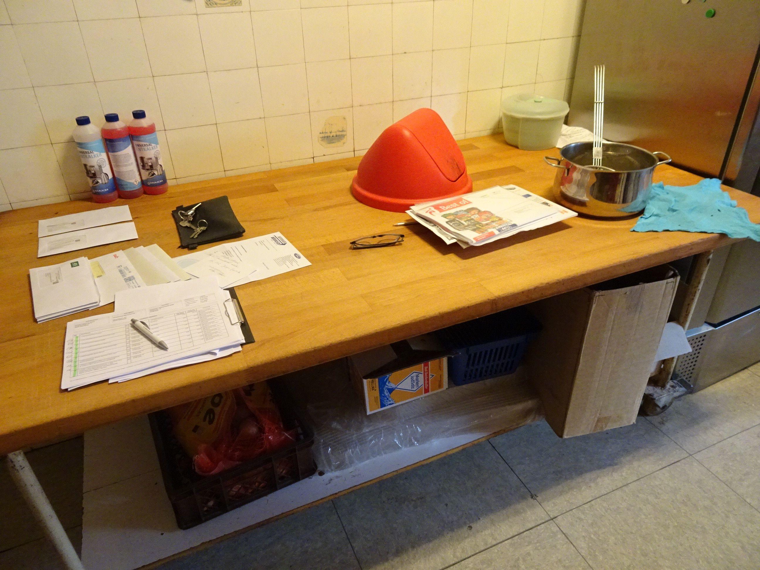 1 Backstuben-Arbeitstisch