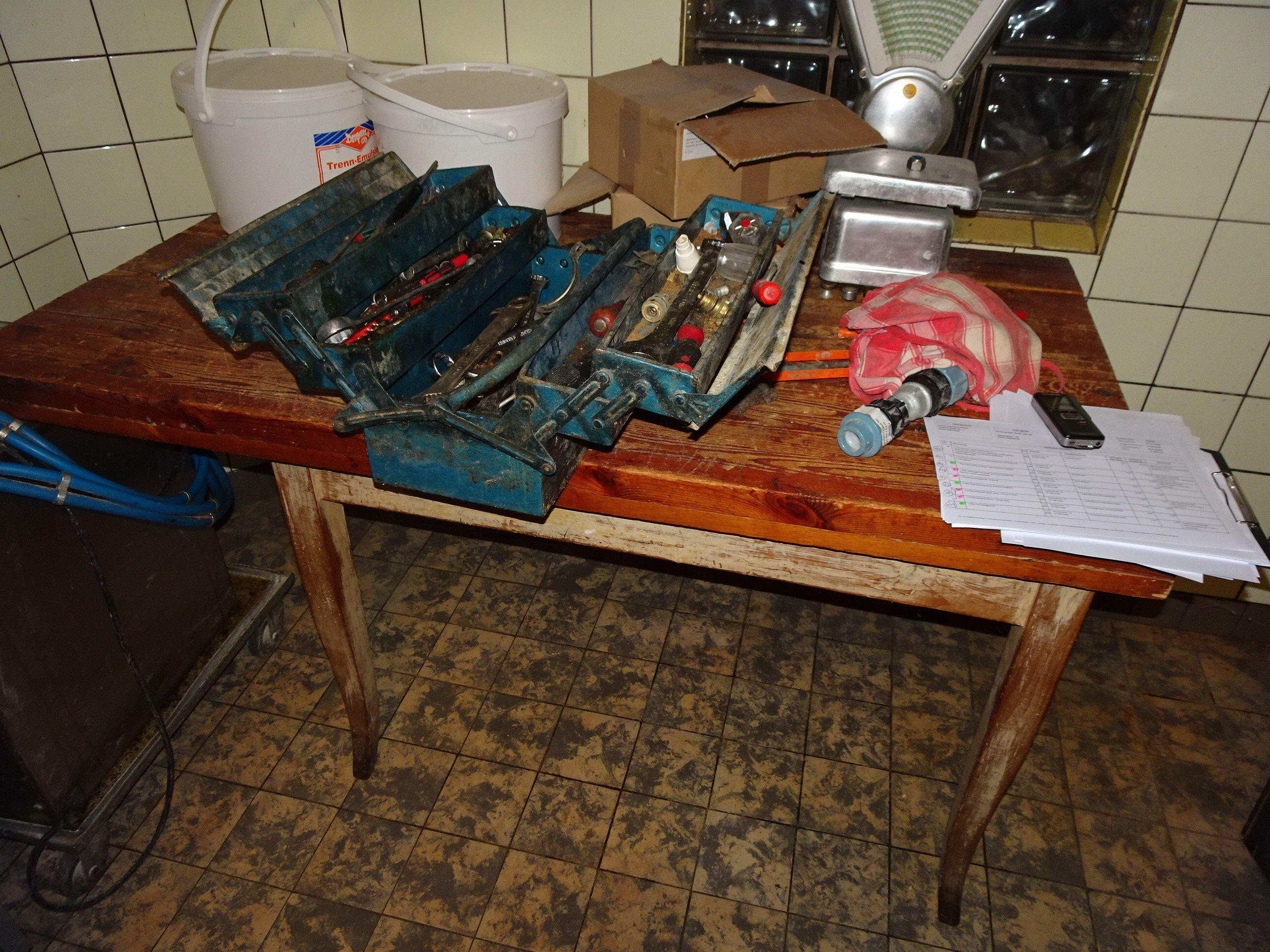 1 Holz-Tisch