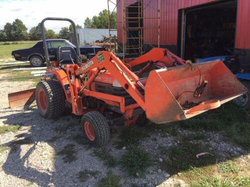 Kubota B7300 Traktor mit Lader und Mäher