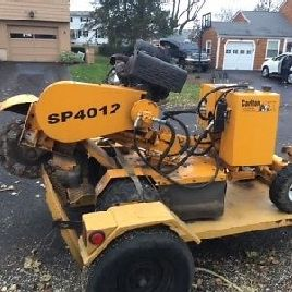 2012 Carlton SP4012 Stump Grinder autopropulsada con remolque. ¡Entrando pronto!