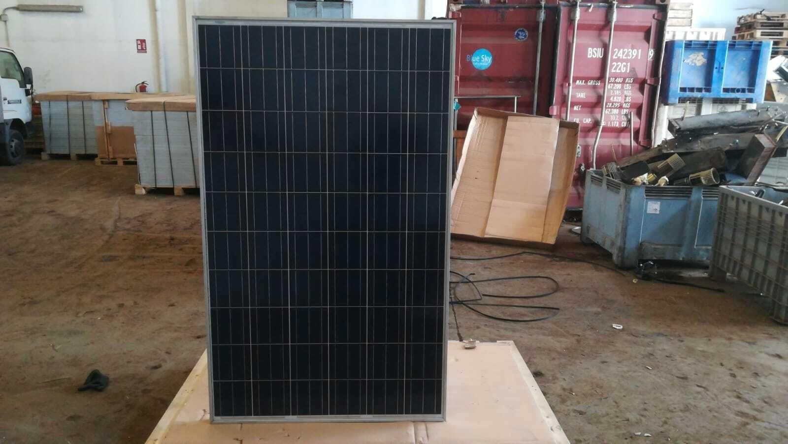 Los mit 10 Fotovoltaikmodulen der Marke Axitec. L7