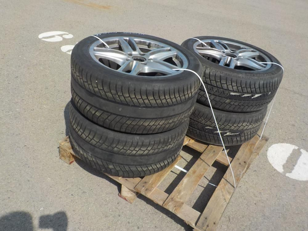 Auswahl an Reifen & amp; Felgen (4 von)