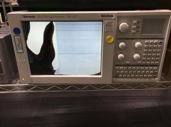 Tektronix Model TLA 714 Logikanalysator, s / n N / A, fehlerhafter Bildschirm. (Asset ID 3409135)