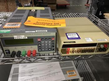 2 Stück Testausrüstung einschließlich: Kepco Modell ABC 10-10DM, s / n 153981; Keithley Modell 179A