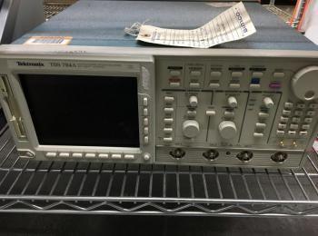 Tektronix Modell TDS 784A 1 GHz Oszilloskop, s / n B040727, 4GS / S. Gerät wird nicht eingeschaltet.