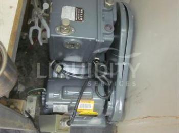 2 Ea. Vakuumpumpen umfassen: (1) Welch Modell 1402, Duo-Seal, 1/2-Hp, 115-230 V; (1) Präzisionsmodel