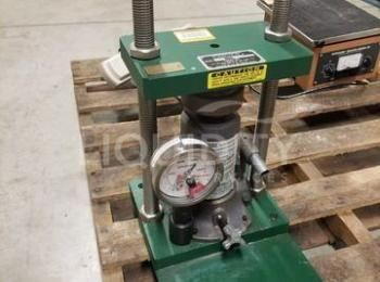 Schnitzer Mdl. 3392 Hydraulikpresse, SN-3392-465, 0-11 Tonne Kapazität. Der Käufer ist für die Entfe