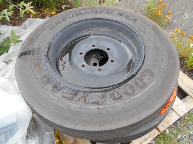 6 Reifen. 4 Firestone 10R22.5, 1 Goodyear et 1 Michelin. Auf 6 Loch Stahlfelge montiert. Das Hotel