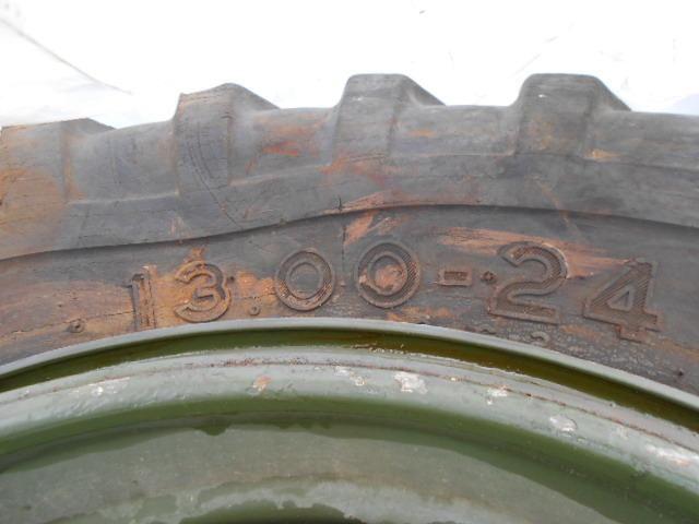 6 Reifen. 13,00 x 24 Grader-Reifen. auf Stahlrädern montiert. Das Hotel liegt à Fort. Lewis, Washington Serv