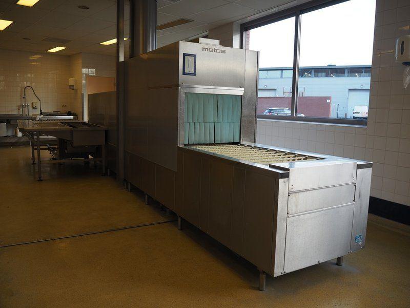 Kombination: Metos Waschmaschine mit verschiedenen Wagen und Kisten