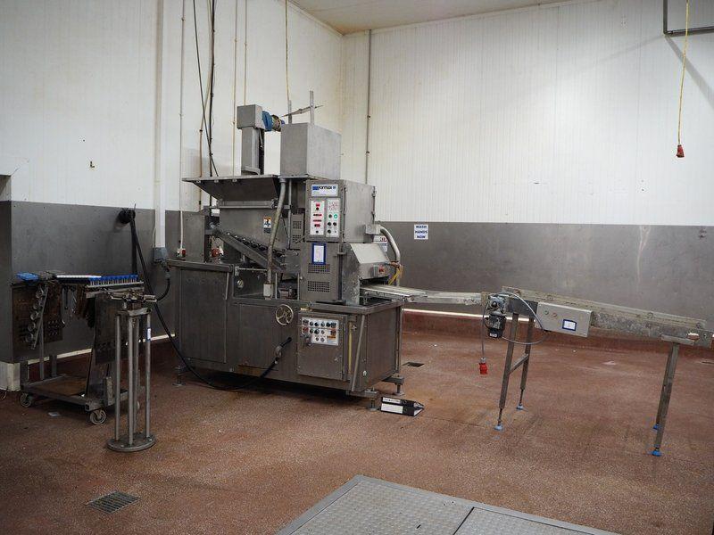Kombination: Formax Formmaschine mit Heber für 200 Liter Fleischbehälter und Gitterband