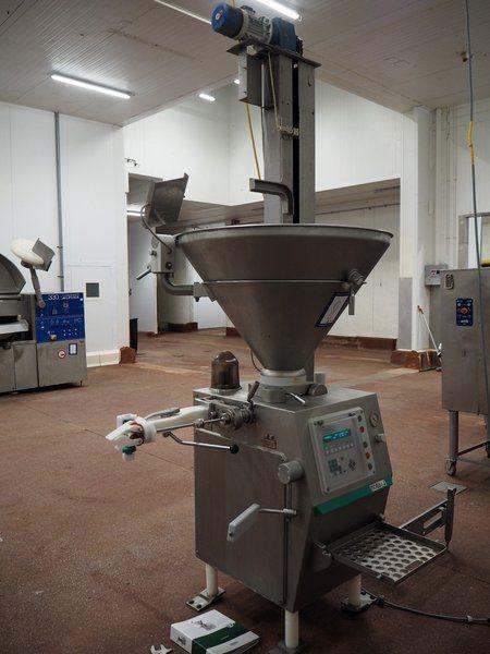 Kombination: Vemag Vakuum-Füllmaschine mit Heber für 200 Liter Fleischbehälter