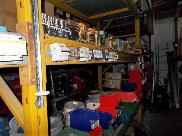 Regale und elektrische Geräte