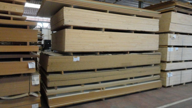 Angesichts Platten und Holzlatte