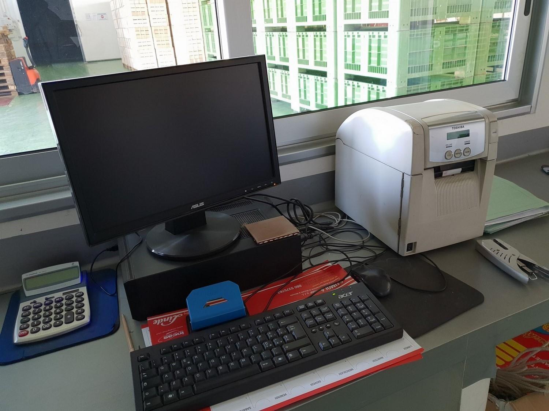 Büromöbel und Hardware-Komponenten