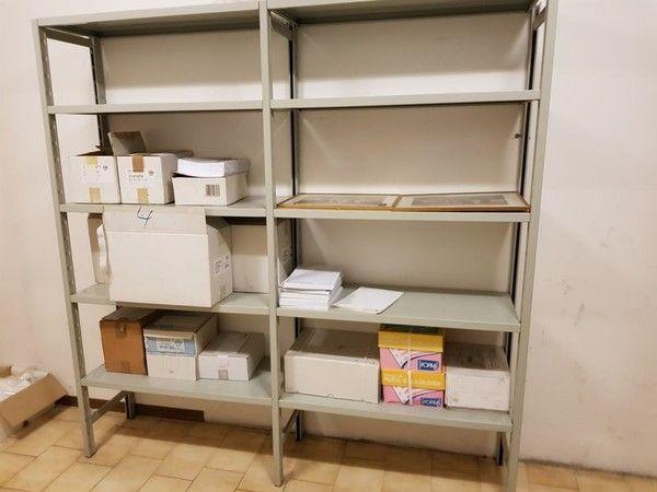 Regalkonstruktionen und Büroausstattung