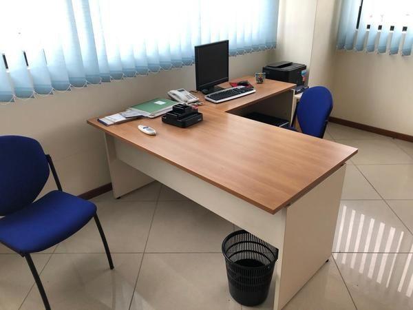Büromöbel und Computerausstattung