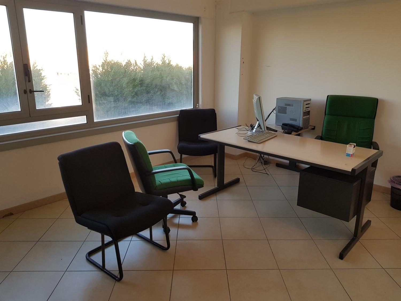 Elektronische Geräte und Büromöbel