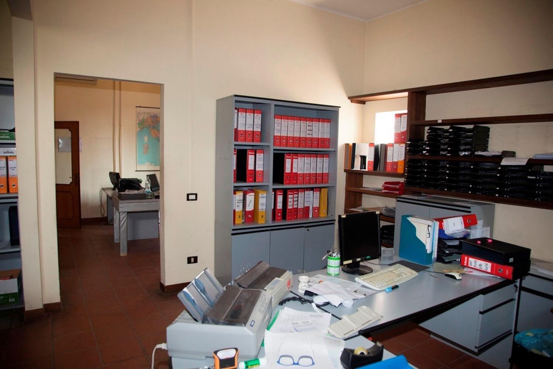 Büromöbel und elektronische Instrumente