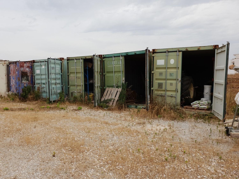 Baugeräte und Container