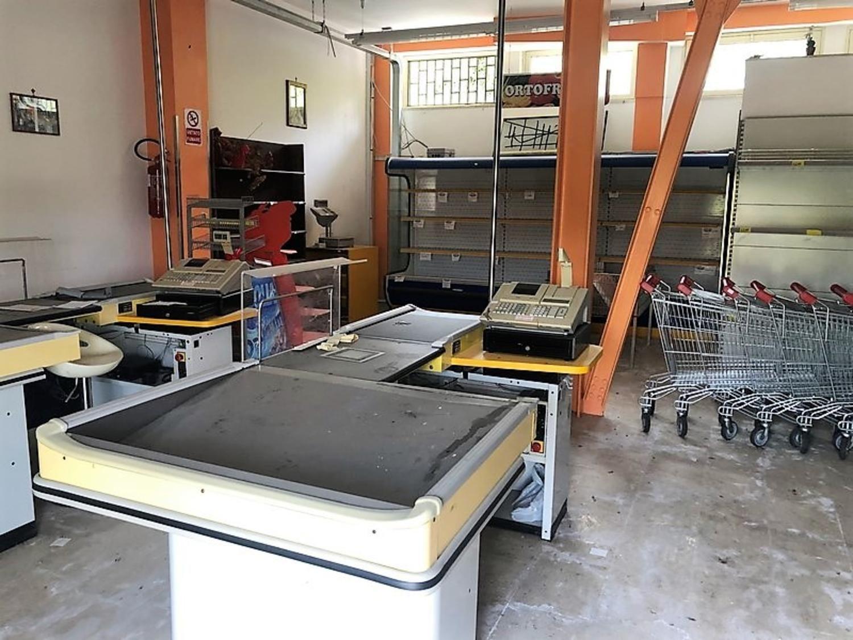 Möbel und Geräte für Minimärkte