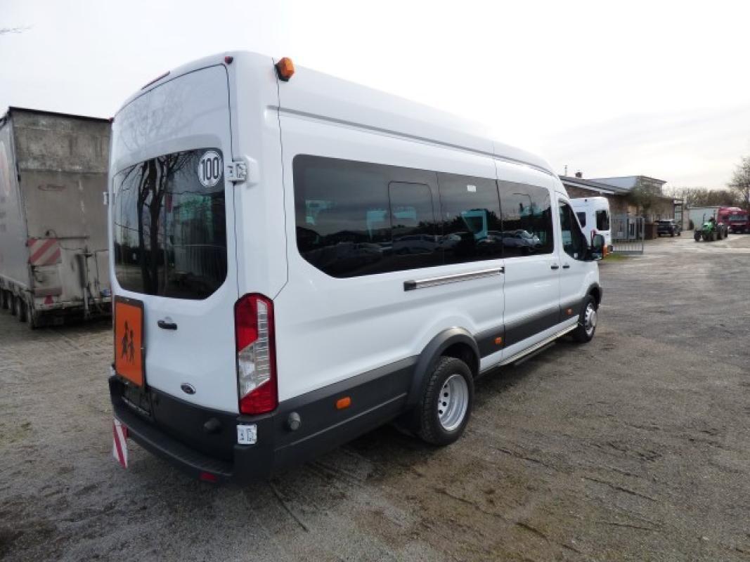 Minibus ( amtl. Kennz. GE - LB 3024)