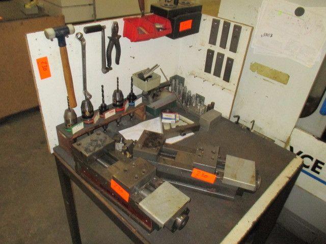 Tisch mit Rückwand; 1 Stahlschrank (grau)