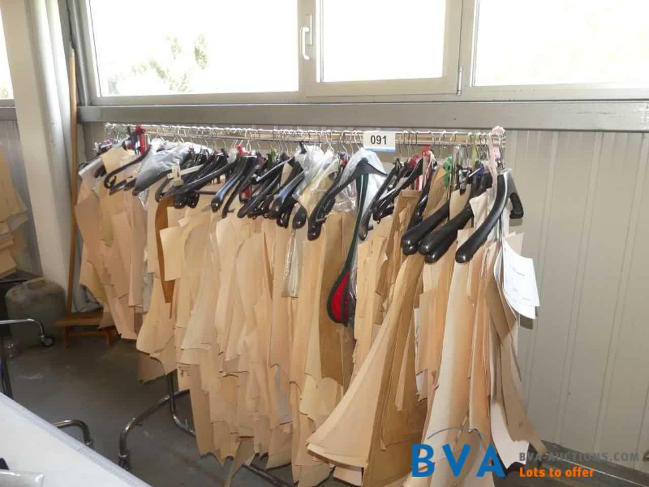 2 Stk. fahrbare Kleiderbügelständer