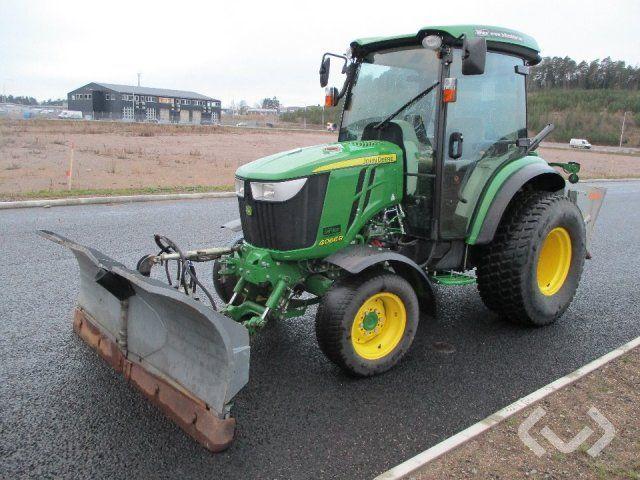 John Deere 4066R Traktor mit Fjärås Pflug und Streuer - 17
