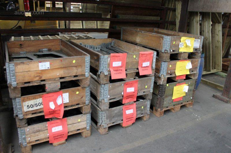 287 (ca.) Verschiedene Metalltorbeschläge in 9 Kisten.