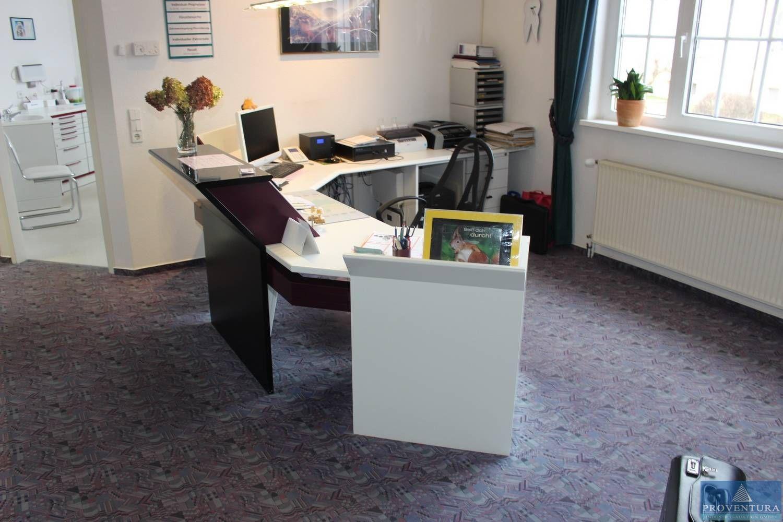 Empfangs-Schreibtisch weiß / violett mehrfach angewinkelt