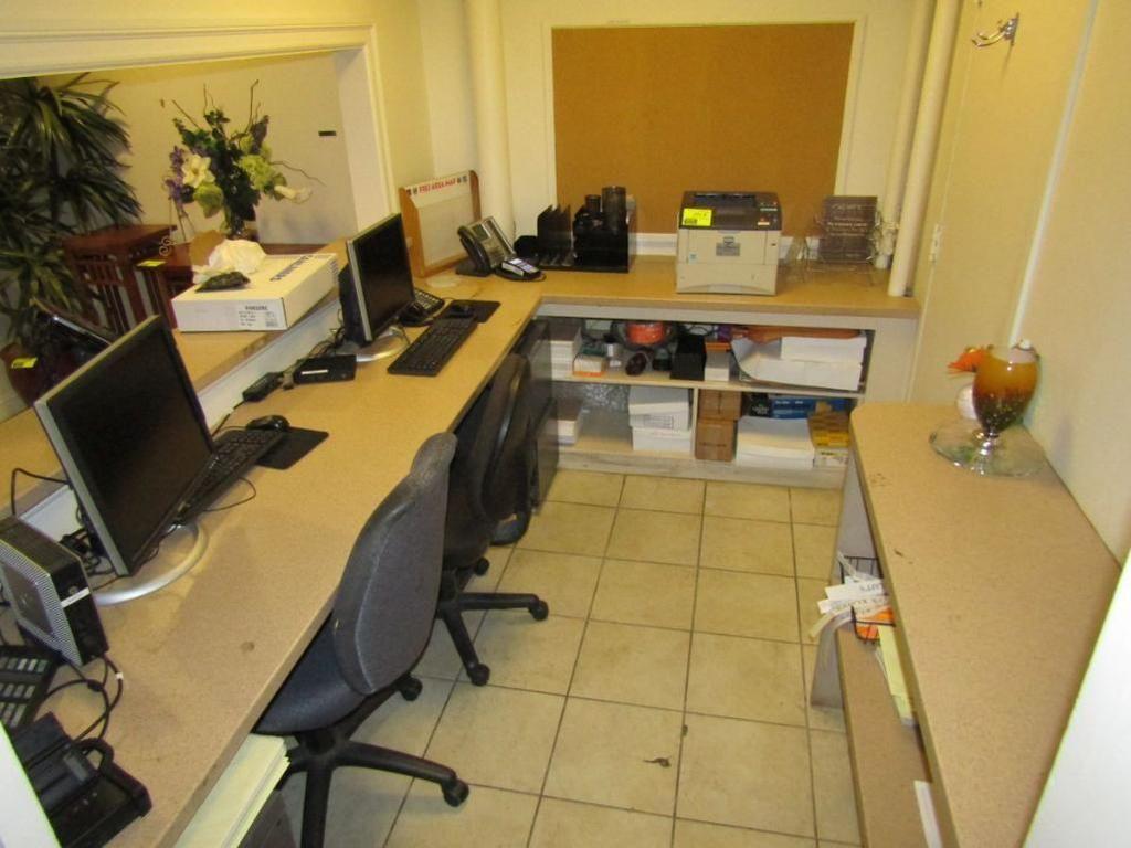 Büroinhalt (Arbeitsplatten, (2) Stühle, Aktenschränke) (KEINE COMPUTERAUSRÜSTUNG)